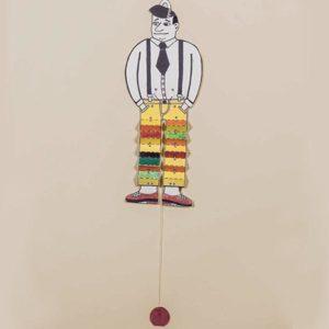 Hampelmann aus Pappe, dessen bunte Hose sich auf Zug in Falten legt